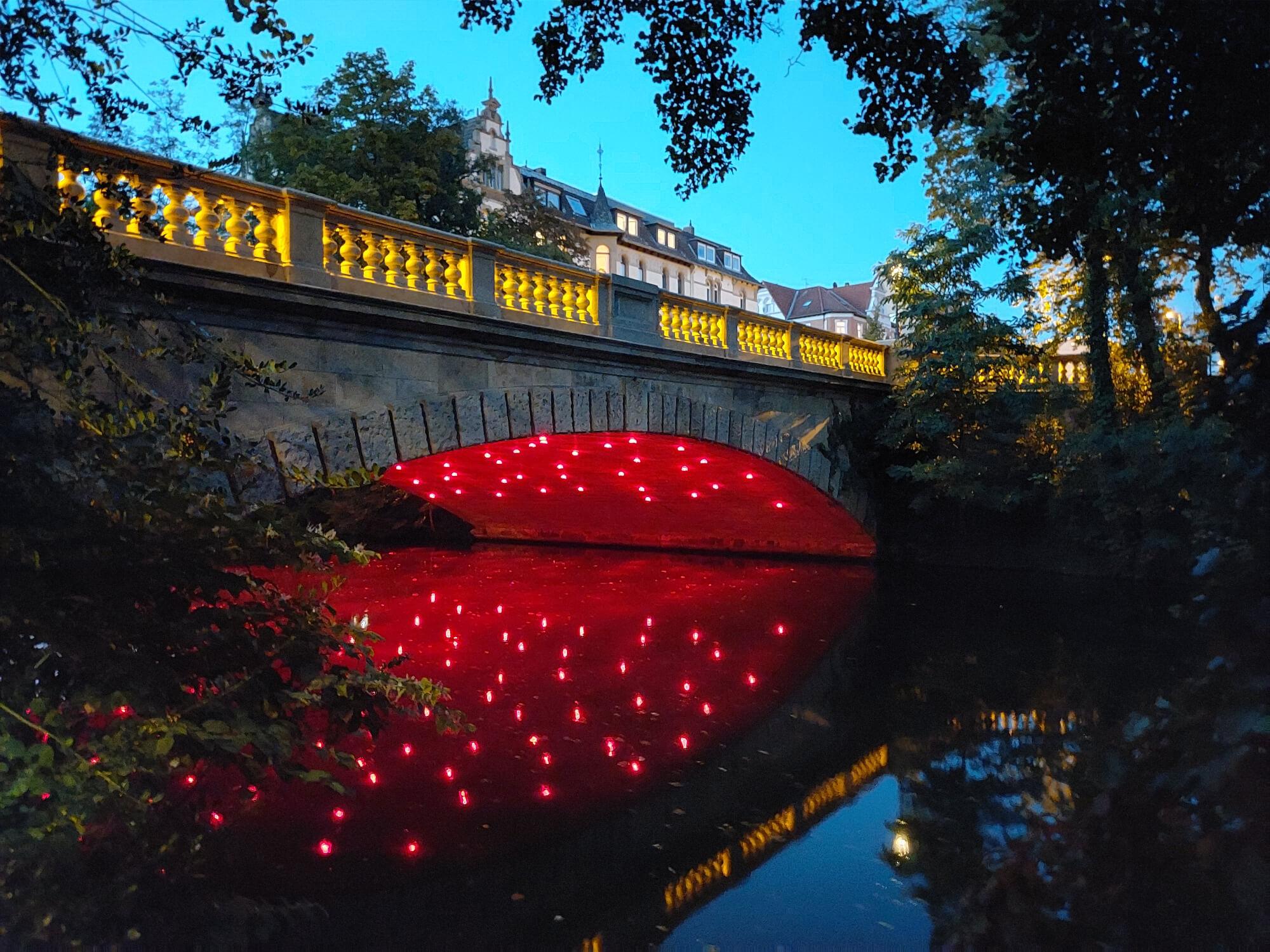 Eine schön beleuchtete Brücke