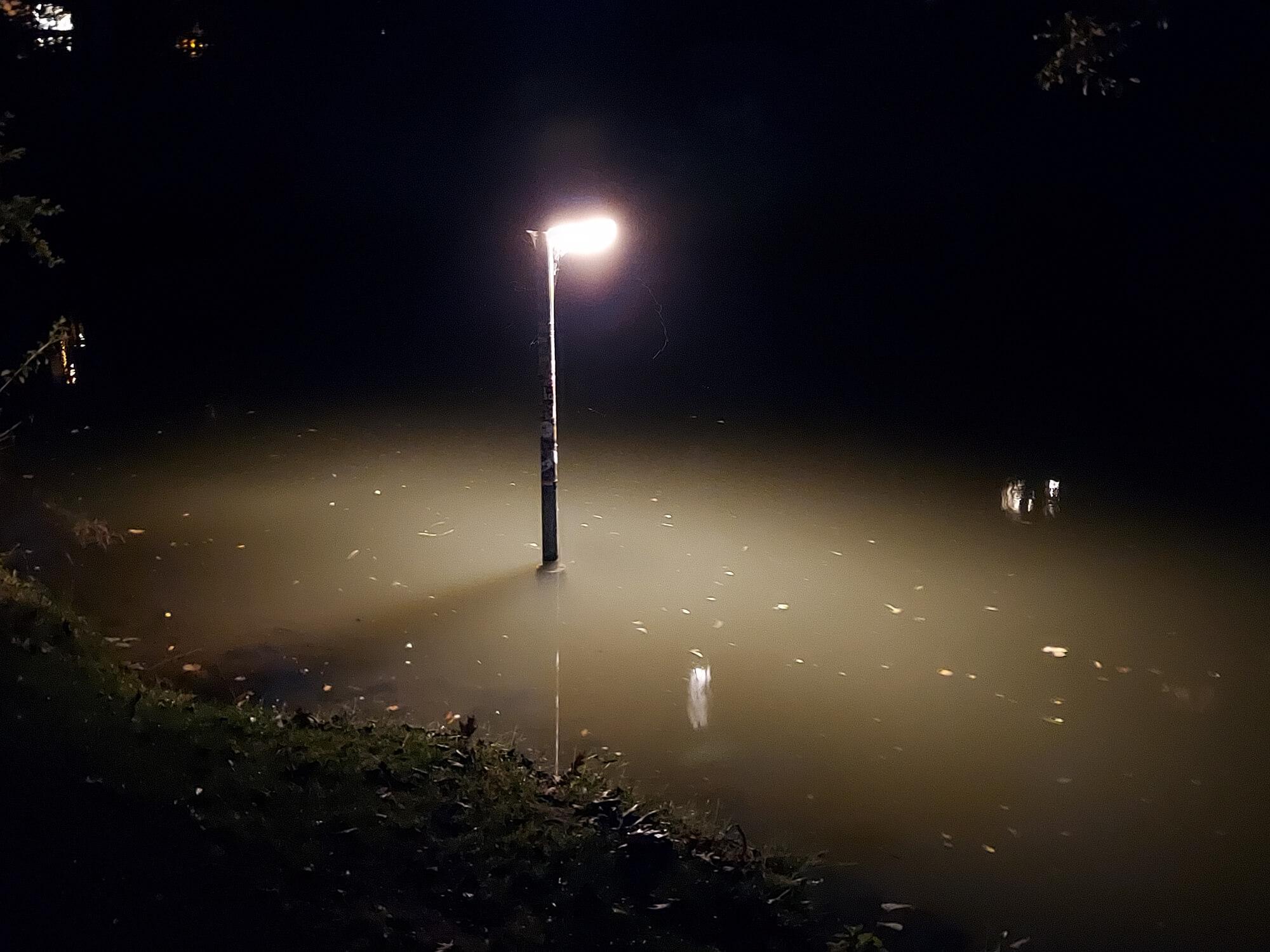 Die Lampe im Wasser soll den Fischen vielleicht den Weg weisen?