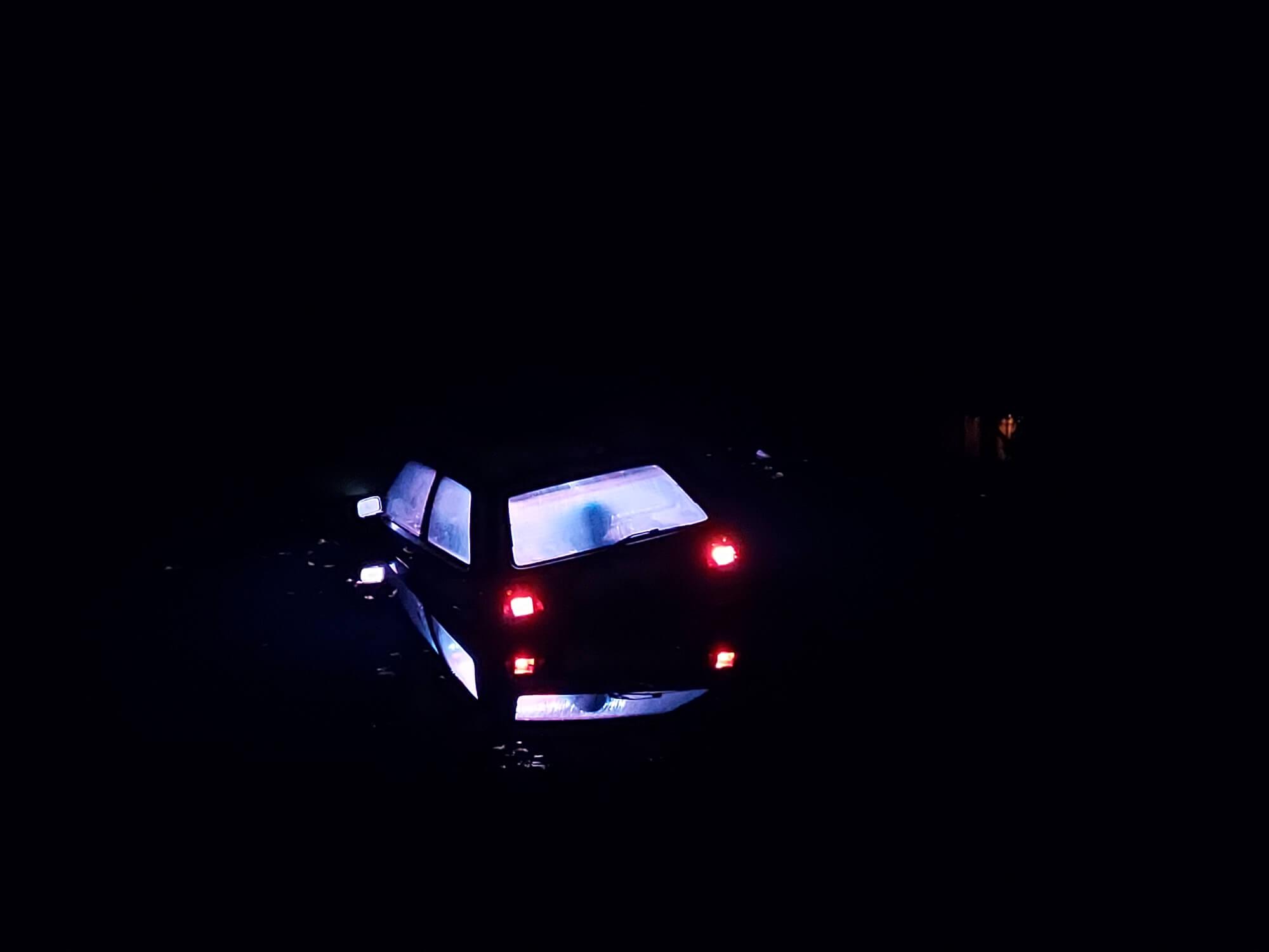 Ein im Wasser versenktes Auto, aus dem Techno-Musik drang